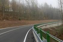 Takto vypadá opravená první část silnice Ledeč - Hradec. Další opravy začaly před dvěma dny.