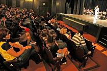 Na sál plný žáků osmých a devátých tříd z havlíčkobrodských základnních škol zapůsobilo nejvíc vyprávění životních příběhů jednotlivých žen. Po jejich skončení by v sále byl slyšet spadnout i špendlík. Každý měl o čem přemýšlet.
