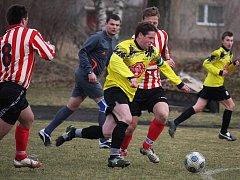 Po prohře v Chotěboři (v pruhovaném vlevo kapitán Miloš Krčál) si přibyslavší fotbalisté napravili reputaci v dalším derby, tentokrát proti Dlouhé Vsi, kterou porazili 2:0.
