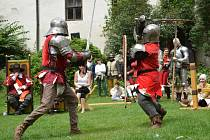 Hrad Roštejn se v sobotu vrátil do středověku. Diváci byli svědky bitvy o hrad, šermířských soubojů, ale mohli si prohlédnout i dobové vojenské ležení , kuchyni i středověké kostýmy.