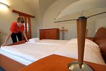 Voní novotou. Pokojská jihlavského hotelu Gustav Mahler připravuje povlečení v nově vytvořeném prezidentském apartmá. Ještě poslední hodiny před příjezdem prezidentského páru se po apartmá pohybovali dělníci dolaďující poslední detaily.