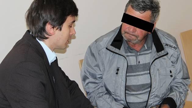 U soudu. Muž z Hartvíkovic (vpravo) během porady s obhájcem u Okresního soudu v Jihlavě, který rozhodl o vzetí obviněného do vazby.