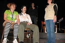 Ženy z vězeňského dramatického kroužku předvedly několik krátkých scének.