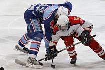 Hokejoví dorostenci Havlíčkova Brodu (v bílém) dostali sedm branek na Kladně, které se jim pomstilo za těsnou porážku vKotlině.