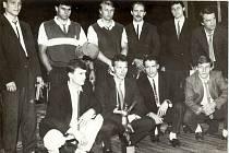 Desítka nejlepších československých hokejistů při slavnostním vyhlášení XXI. ročníku ankety Zlatá hokejka 2. června 1989 v Havlíčkově Brodě. V pokleku Dominik Hašek.
