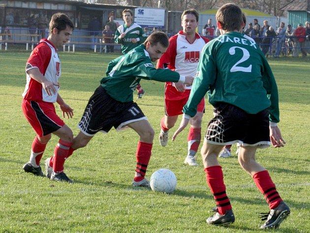 Zajímavá přestřelka byla k vidění v utkání 12. kola fotbalové I. A třídy, skupiny A mezi Přibyslaví a Věžnicí. Domácí nakonec zvítězili 4:3, na červené karty pak utkání skončilo 1:1.