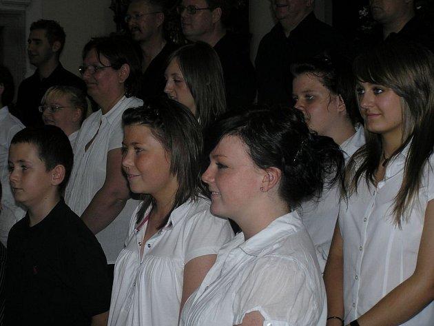 Na hostujícím sboru na první pohled zaujme, že se skládá převážně z mladších dívek, zatímco zástupci mužských hlasů jsou poněkud zkušenější.