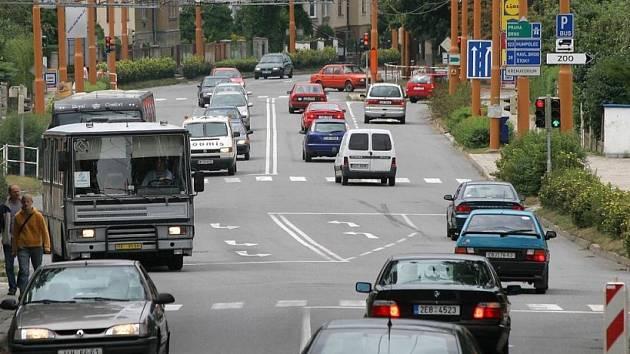 Komplikace. Na několika místech v kraji vyhledali policisté nejproblematičtější úseky silnic. Mezi těmi, kde se stává nejvíce dopravních nehod je i křižovatka u autobusového nádraží v Jihlavě.