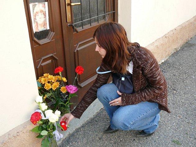Lidé pokládali květiny a svíčky přede dveře ubytovny, kam pachatel Jakuba nalákal.