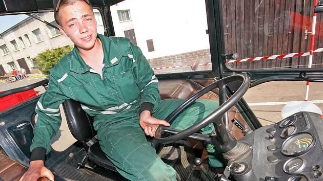 Rachotící motory traktorů. Souboje o to, kdo provede stroj přesněji a rychleji obtížnou drahou. Ukázky výtvorů šikovných rukou. To všechno bylo k vidění v areálu světelského pracoviště České zemědělské akademie v Humpolci.