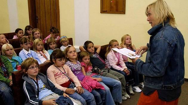 Spisovatelka Eva Braunová se podle svých slov při psaní svých děl s námětem dětských příběhů inspiruje nejen fantazií, ale také skutečnými zážitky dětí. Dozví se je právě při podobných besedách.