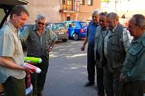 Členové mysliveckých sdružení, která jako první na Havlíčkobrodsku budou instalovat pachové ohradníky, se pod odborným dohledem seznámili s jejich přípravou.