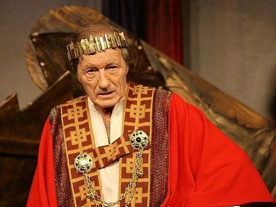 Nemilosrdná válka o panovnické žezlo bude k vidění v divadle ve Světlé nad Sázavou.