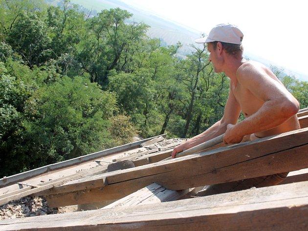 Zaplaceno nedostal živnostník, kterého si firma najala na opravu střechy domu. Zákazník sice firmě Poula a Dočkala zaplatil, ale živnostník už peníze nedostal. Ilustrační foto.