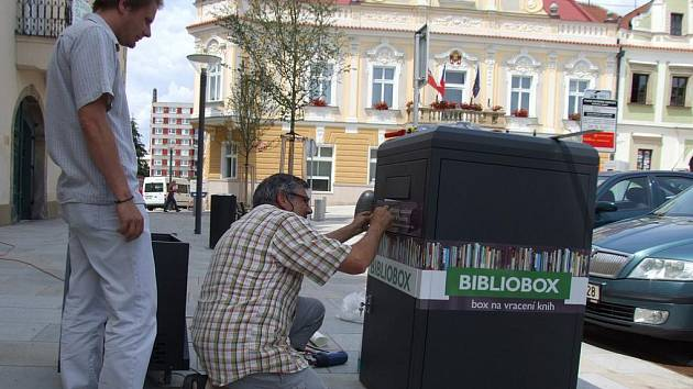 Užitečnou novinku uvede v pondělí do provozu brodská Krajská knihovna Vysočiny. Černý bibliobox umožní čtenářům vrátit vypůjčené knihy kdykoliv, knihovníci jim odečtou výpůjčku z konta do druhého pracovního dne.