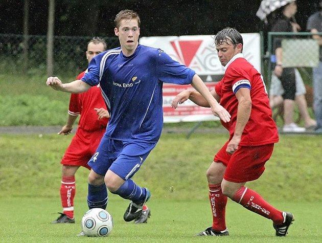 Uplakané počasí fotbalu neprospělo, zápas charakterizovaly časté osobní souboje. Na snímku jemnický kapitán Tomáš Krejča atakuje Jiřího Smejkala.