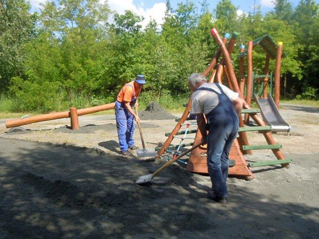 Budování dětského hřiště.