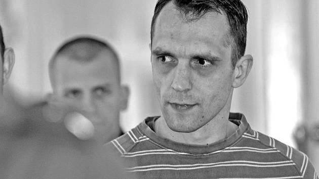 Muž, který čelí obžalobě z vražd tří taxikářů na území hlavního města, přichází k pražskému městskému soudu. Ten ve středu rozhodl o prodloužení jeho vazby.