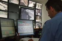 S odhalováním přestupků, ale i trestných činů pomáhá technika. Například v Jihlavě má operátor kamerového systému přehled o veškerém dění na nejfrekventovanějších místech ve městě.