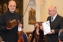 Bohuslav Matoušek, rodák z Havlíčkova Brodu, světový houslový virtuos, se v pátek stal čestným občanem města. Starosta Jan Tecl mu také předal  kovaný klíč od městských bran.