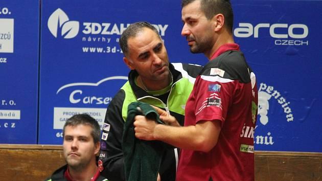 Jak se bude jmenovat? Jako by se ptal na  jméno maskota Josef Šimončík (vpravo) svého parťáka Petra Korbela.