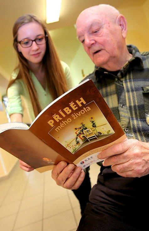 Šest studentů havlíčkobrodského gymnázia a šest seniorů se pravidelně scházelo v rámci mezinárodního evropského projektu. Na snímku je například úspěšný havlíčkobrodský atlet Ervín Bacík s jednou z autorek knihy Barborou Šedovou.