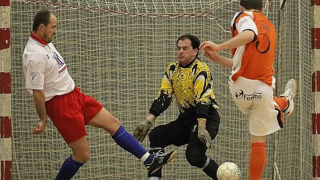 Futsalisté Pramenu Havlíčkův Brod (v bílém Tomáš Tůma, ve žlutém brankář Aleš Meloun) po prohře sprvním Třincem jsou druhým celkem, který sestupuje z druhé ligy do divize. Pramen má však ještě teoretickou šanci na záchranu.