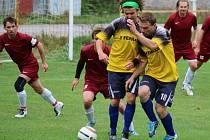 Deset minut stačilo fotbalistům Věžnice (ve žlutém), aby zachránili bod doma proti Ledči, se kterou prohrávali 0:2.