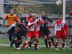 Šance neproměnili přibyslavští fotbalisté (v černošedém) v domácím zápase se Sapeli Polná a odešli poraženi 1:0.