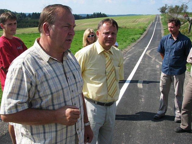 Starosta Ždírce nad Doubravou Jan Martinec (v popředí vlevo) seznámil hosty s průběhem výstavby  cyklostezky mezi Kohoutovem a Benátkami. Ocenil spolupráci s dodavatelem i administrativou Regionálního operačního programu.