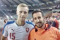 Prvním fotbalovým seniorským reprezentantem z Havlíčkova Brodu se stal v pondělí proti Belgii (porážka 2:1, pozn. aut.) Tomáš Souček (vlevo), který odehrál celých devadesát minut. Přimo do Belgie ho přijel podpořit kamarád Tomáš Beran.