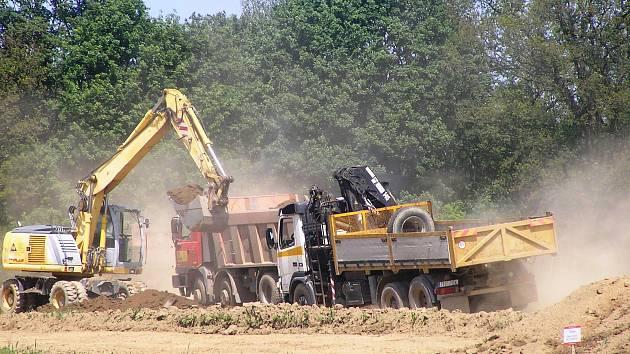 U Rouštan se stavební stroje celý den nezastaví.