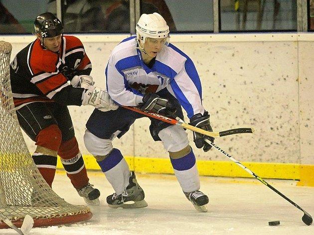 Světelští hokejisté (v bílém) přežili na ledě v Moravské Třebové úvodní nápor domácího týmu. V zápase nakonec vyhráli 4:1.