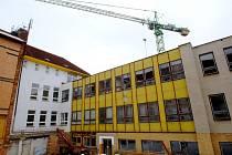 Demolice. Z areálu přibyslavské školy zmizí budova KORD (žlutý objekt uprostřed) nejpozději na podzim letošního roku.
