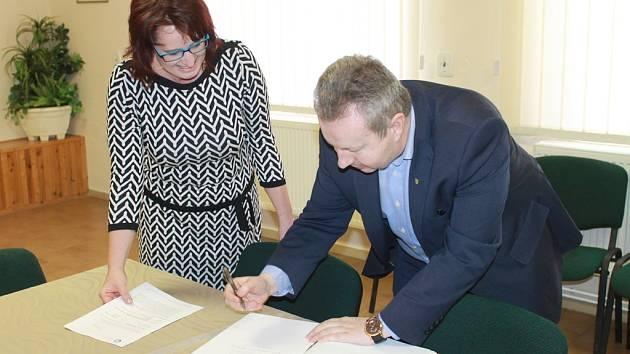 Ministr životního prostředí Richard Brabec v pondělí předal starostce Lučice Petře Vrzákové rozhodnutí o poskytnutí finančních prostředků na zprovoznění nového vrtu, který významně posílí stávající zdroje pitné vody v obci.