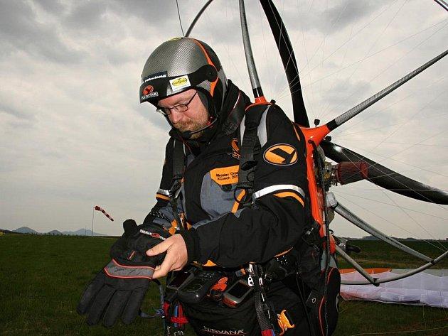 Miroslavu Orosovi chybí do zlomení maxima uletět tři tisíce kilometrů za pětadvacet dní. Ještě v pondělí odpoledne čekal na letišti v Dobkově (na snímku) na vhodný vítr.