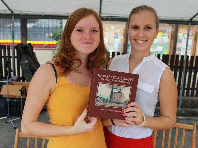 Přímo na náměstí si publikaci zakoupila více než stovka zájemců.