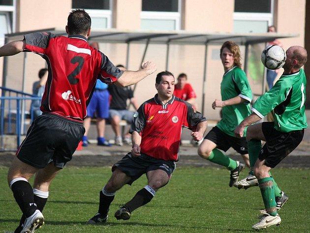 Vítězný doutník by si rádi vykouřili fotbalisté brodského béčka (vlevo) už v Tisu.