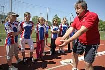 Šel příkladem. Bývalý reprezentant hodu diskem a držitel bronzové madaile z MS v Helsinkách 1983 Gejza Valent  ukázal všem soutěžícím, jak se   disciplíny mají provádět.