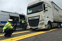 Nové vozidlo a soupravu mobilních vah otestovali policisté včera u letiště v Havlíčkově Brodě.