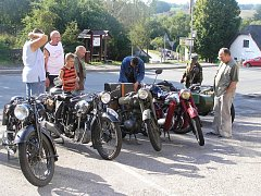 Krása starých aut a motocyklů před hospodou láká kluky i pány bez rozdílu věku.