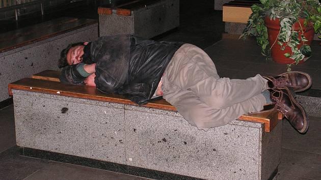 Ilustrační foto. Před zimou se bezdomovci v Brodě ukrývají většinou v čekárně na nádraží. Teď dostanou zvláštní přístřešek.