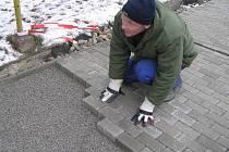 Poslední metry. Na sklonku listopadu pokládali dlaždiči v centru městyse poslední dlažební kostky.