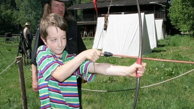 Střelba z luku, hod tomahavkem nebo rýžování zlata, to všechno si mohli návštěvníci ve Stonetown vyzkoušet.