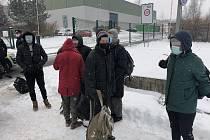 Šestice mužů se po Ždírci pohybovala pěšky s osobními zavazadly.