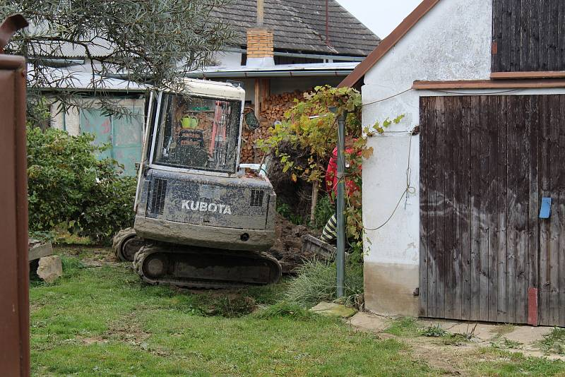 Oprava propadlého pozemku na jedné ze zahrad.