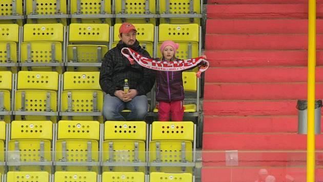 Pohled na tribuny v Kotlině je v letošní sezoně více než smutný. Oproti loňské sezoně klesla průměrná návštěvnost téměř o polovinu.