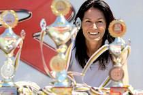 Medaile byla zvyklá atletka Šárka Kašpárková (na snímku) získávat. Tu nejcennější vybojovala v roce 1996 na olympijských hrách v Atlantě, kde se radovala z bronzu. Nyní cenné kovy rozdává dětem při akci Odznaku zdatnosti olympijských vítězů.