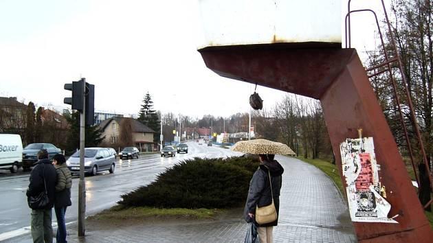 Při nedávné dopravní kalamitě na D1 museli policisté k řízení silného dopravního provozu v Havlíčkově Brodě opět využít v křižovatce u čerpací stanice OMV letité budky.