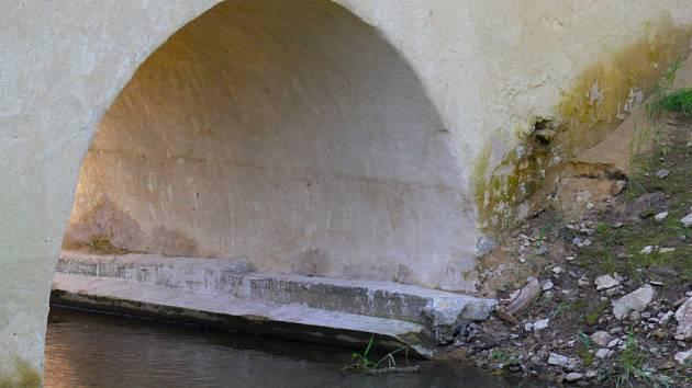 Anabáze ronovského mostu pokračuje.